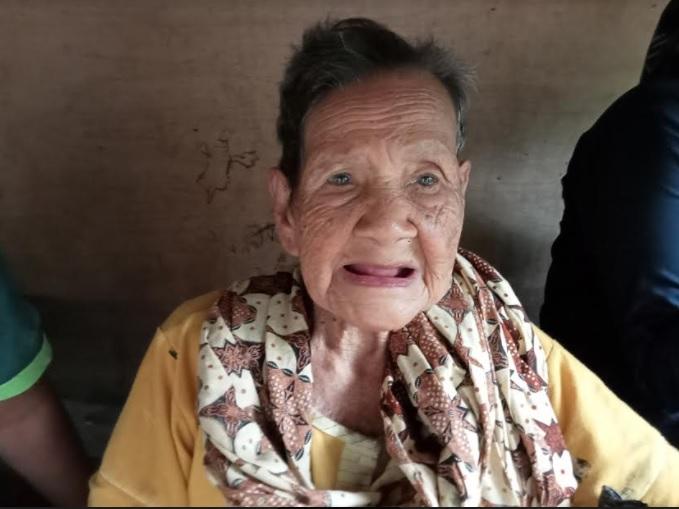 https: img.okezone.com content 2021 06 06 340 2421066 viral-nenek-di-aceh-berusia-130-tahun-segar-bugar-dan-tak-beruban-0bGCoY1ZlF.jpg