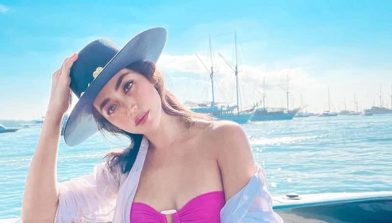 https: img.okezone.com content 2021 06 07 194 2421157 seksinya-jessica-iskandar-pakai-bra-pink-jadi-moana-pose-di-speedboat-VhfUrZ87tU.jpg