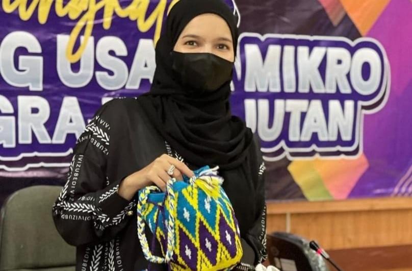 https: img.okezone.com content 2021 06 07 194 2421641 vivi-zubedi-angkat-fashion-lokal-banjarbaru-perkenalkan-tas-bohemian-style-2luEczYyQX.jpg