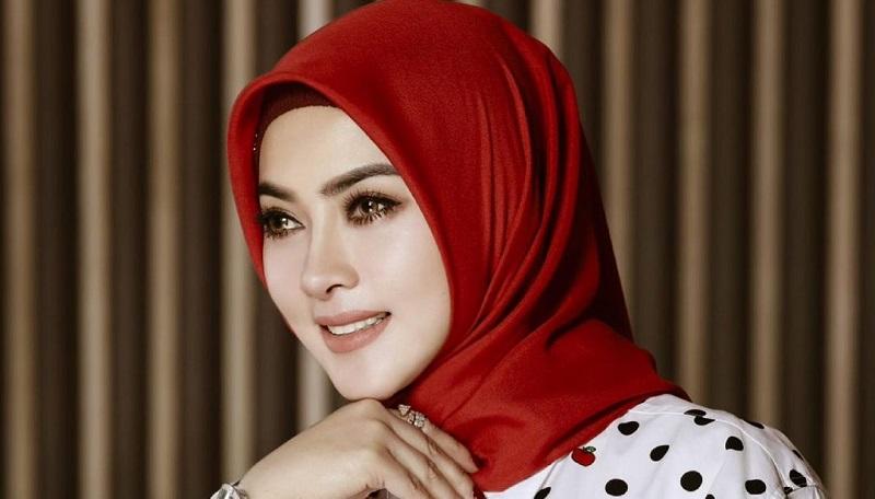 https: img.okezone.com content 2021 06 07 33 2421329 kini-pakai-hijab-syahrini-dipuji-hotman-paris-azYU69lpSv.jpg