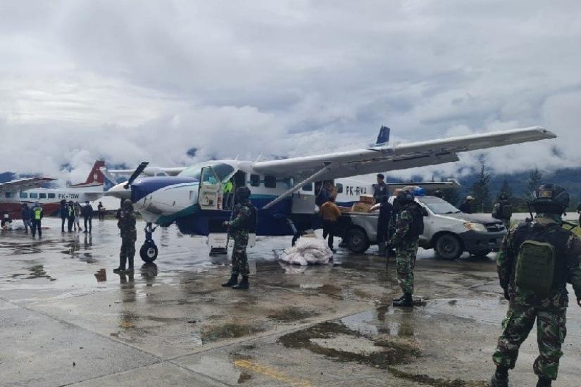 https: img.okezone.com content 2021 06 07 340 2421380 pasca-teror-kkb-di-bandara-aminggaru-kegiatan-masyarakat-berangsur-pulih-hENkWzo9oZ.jpg