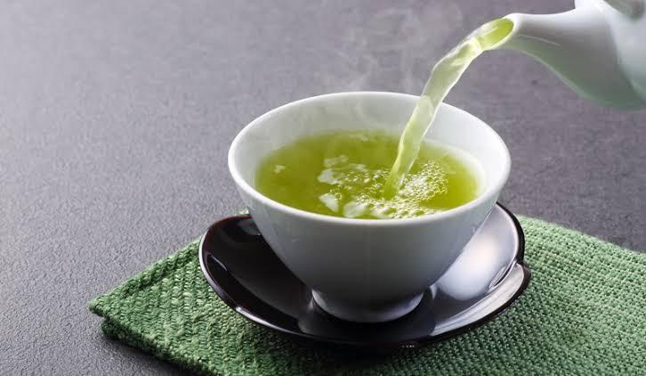 https: img.okezone.com content 2021 06 07 481 2421371 teh-hitam-vs-teh-hijau-mana-yang-lebih-bermanfaat-te9xIqU5iJ.jpeg
