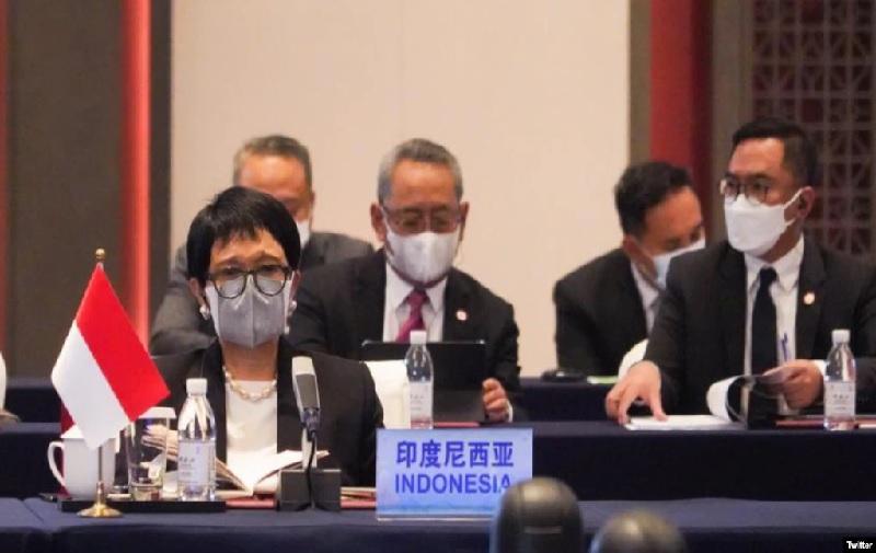 https: img.okezone.com content 2021 06 08 18 2421678 menlu-ri-dukungan-china-penting-untuk-capai-solusi-damai-di-myanmar-hHQk7c0lis.jpg