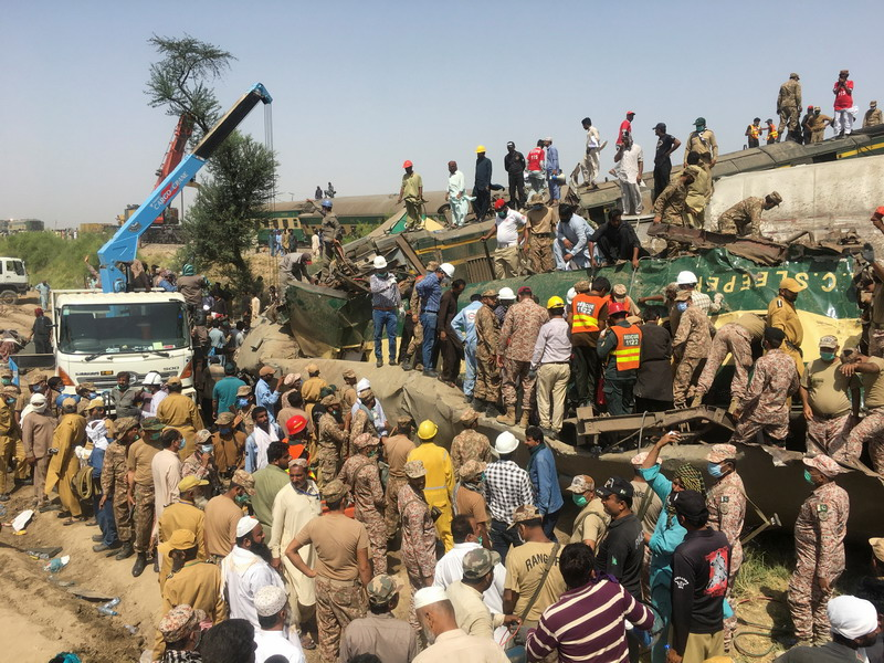 https: img.okezone.com content 2021 06 08 18 2422024 korban-tabrakan-kereta-ekspress-pakistan-bertambah-63-orang-tewas-ratusan-luka-luka-8jcr7o01BD.jpg