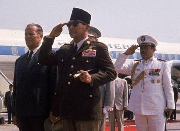 https: img.okezone.com content 2021 06 08 337 2422063 ketika-soekarno-mengungkap-alasannya-selalu-pakai-jas-bergaya-militer-mVxFrTEP8R.jpg