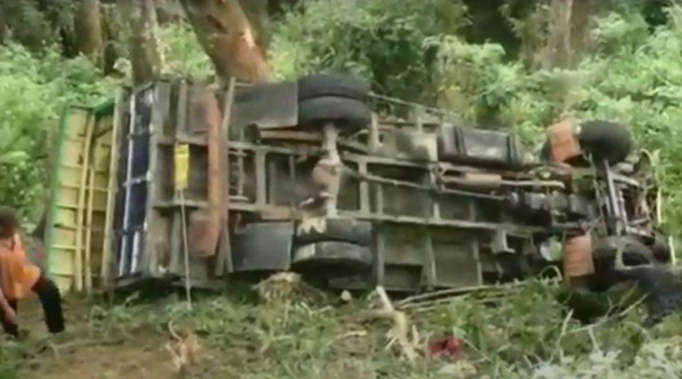 https: img.okezone.com content 2021 06 08 340 2421792 truk-angkut-puluhan-orang-masuk-jurang-20-meter-di-ende-4-tewas-oGYACkC0BY.jpg