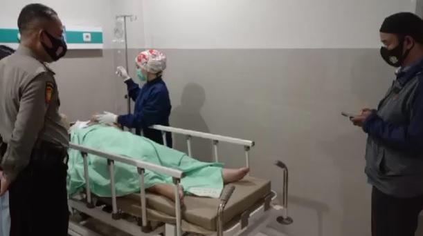 https: img.okezone.com content 2021 06 08 340 2422153 prajurit-tni-al-dan-istrinya-diberondong-tembakan-polisi-militer-buru-pelaku-xy9kHi51GF.jpg