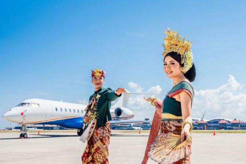 https: img.okezone.com content 2021 06 08 406 2421784 bandara-ngurah-rai-tawarkan-paket-foto-wedding-dengan-background-pesawat-berminat-9ucerm3yhj.jpg
