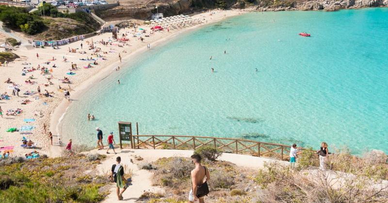 https: img.okezone.com content 2021 06 08 406 2421948 ambil-ratusan-kg-pasir-pantai-sardinia-puluhan-turis-didenda-polisi-V3IQ3EQaQK.jpg