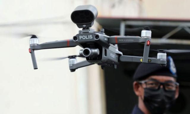 https: img.okezone.com content 2021 06 08 481 2422167 kasus-covid-19-melonjak-malaysia-cek-suhu-warga-pakai-drone-2oKuIVYdLZ.jpg