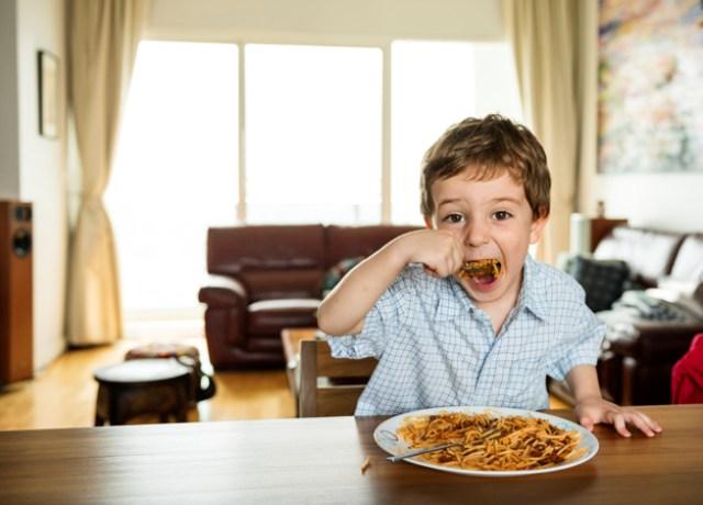 https: img.okezone.com content 2021 06 08 481 2422177 5-cara-jitu-mengatasi-anak-yang-suka-pilih-pilih-makanan-q5rIQDF2W0.jpg
