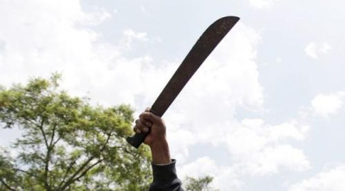 https: img.okezone.com content 2021 06 08 510 2422074 pria-bersenjata-tajam-mengamuk-dan-serang-mapolresta-yogyakarta-PqBM9BuzKh.jpg