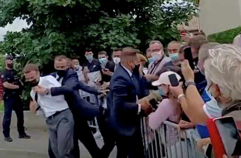 https: img.okezone.com content 2021 06 09 18 2422327 dua-orang-ditangkap-terkait-insiden-penamparan-presiden-prancis-34O4NaCjwu.jpg