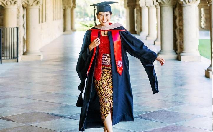 https: img.okezone.com content 2021 06 09 33 2422400 selamat-maudy-ayunda-lulus-s2-di-stanford-university-3S6DJd8lxH.jpg