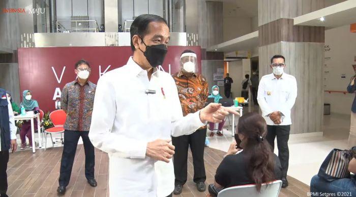 https: img.okezone.com content 2021 06 09 337 2422335 presiden-jokowi-tinjau-vaksinasi-massal-tenaga-pendidik-di-rsui-depok-oNFYI05oHO.jpg