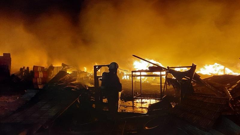 https: img.okezone.com content 2021 06 09 338 2422292 gudang-pabrik-plastik-di-kalideres-terbakar-diduga-disebabkan-panel-listrik-meledak-sa7rHdVfjj.jpg