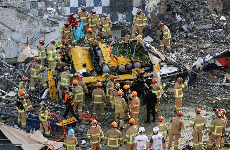 https: img.okezone.com content 2021 06 10 18 2422784 bangunan-lima-lantai-runtuh-timpa-bus-tewaskan-setidaknya-9-orang-OqcMunHKZK.JPG