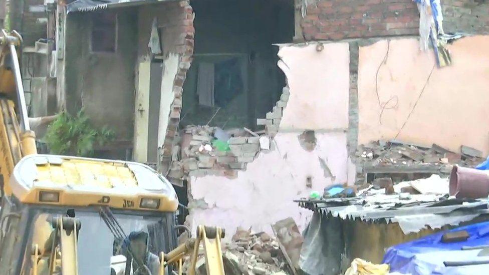 https: img.okezone.com content 2021 06 10 18 2422970 gedung-ambruk-akibat-hujan-deras-11-orang-tewas-7-selamat-JvDWLlitJ7.jpg