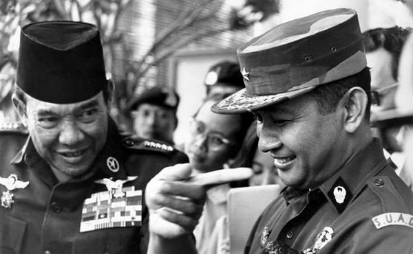 https: img.okezone.com content 2021 06 10 337 2422938 menguak-rivalitas-soeharto-the-smiling-general-dengan-soekarno-F1XJSrQeNZ.jpg