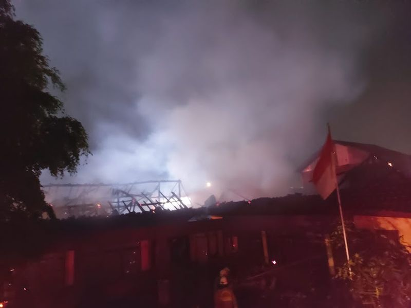 https: img.okezone.com content 2021 06 10 338 2422750 kantor-desa-bitung-jaya-tangerang-kebakaran-gedung-sekolah-ikut-tersambar-3BaT4G7WMY.jpg