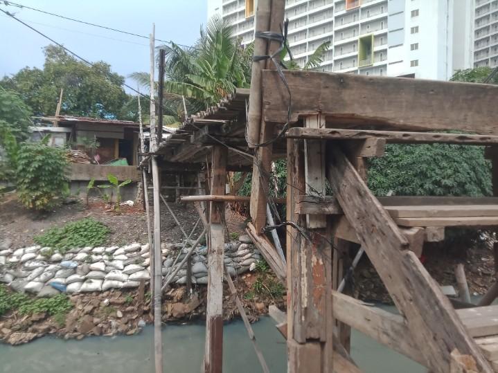 https: img.okezone.com content 2021 06 10 338 2423104 di-tengah-apartemen-megah-terselip-jembatan-reyot-warga-kampung-rawa-timur-hwZuXgYCrd.jpg