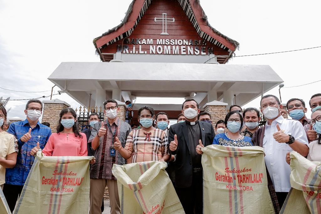 https: img.okezone.com content 2021 06 10 406 2423266 sandiaga-dorong-pengembangan-wisata-religi-dan-sejarah-di-kawasan-danau-toba-OBnw6WjcYw.jpg