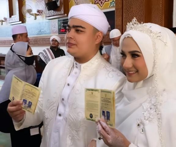 https: img.okezone.com content 2021 06 10 614 2422960 ameer-azzikra-putra-ustadz-arifin-ilham-resmi-menikah-PFaV3ykSZ2.jpg