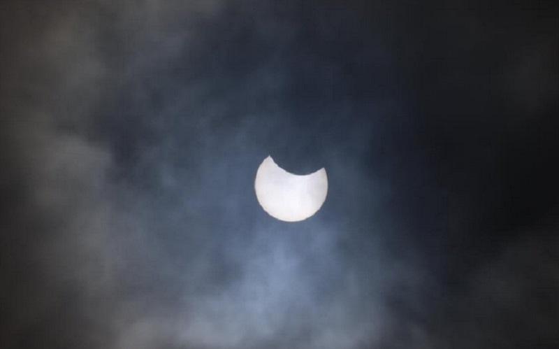 https: img.okezone.com content 2021 06 11 16 2423537 tak-bisa-disaksikan-di-indonesia-begini-penampakan-gerhana-matahari-di-inggris-6dUxSy9g17.jpg