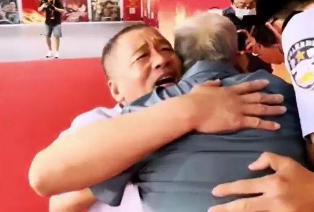 https: img.okezone.com content 2021 06 11 18 2423409 diculik-saat-balita-pria-ini-bertemu-lagi-dengan-ayahnya-58-tahun-kemudian-zdGROCjG5S.jpg