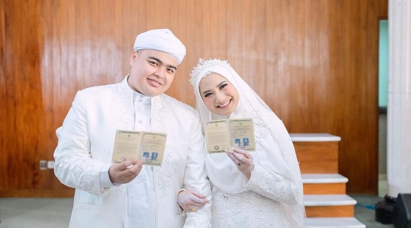 https: img.okezone.com content 2021 06 11 194 2423459 ameer-azzikra-adik-alvin-faiz-menikah-intip-potretnya-pakai-gamis-haramain-saat-akad-HB9Cnig28R.jpg