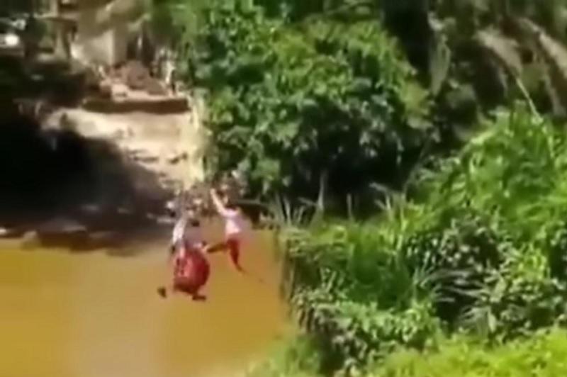 https: img.okezone.com content 2021 06 11 337 2423546 viral-tiga-bocah-sd-bertaruh-nyawa-seberangi-sungai-untuk-sekolah-2ISttS2RYG.jpg