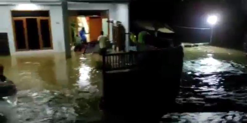 https: img.okezone.com content 2021 06 11 525 2423913 tanggul-darurat-sungai-cisunggalah-bandung-jebol-ratusan-rumah-terendam-jgA5bgkTR8.jpg