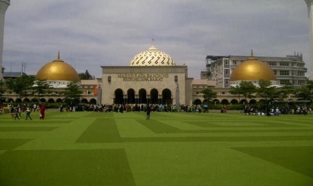 https: img.okezone.com content 2021 06 11 614 2423740 masya-allah-masjid-masjid-di-bandung-dilengkapi-mesin-air-siap-minum-gratis-YQDm5rRHrn.jpg
