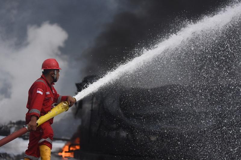 https: img.okezone.com content 2021 06 12 1 2424013 pertamina-berhasil-kendalikan-kebakaran-di-satu-tangki-benzene-di-area-kilang-cilacap-i5efEcQu4s.jpg