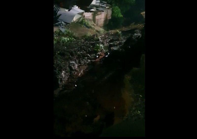 https: img.okezone.com content 2021 06 12 338 2423935 longsor-timbun-sungai-di-ciputat-sejumlah-permukiman-warga-terendam-a7I3hGpaJh.jpg