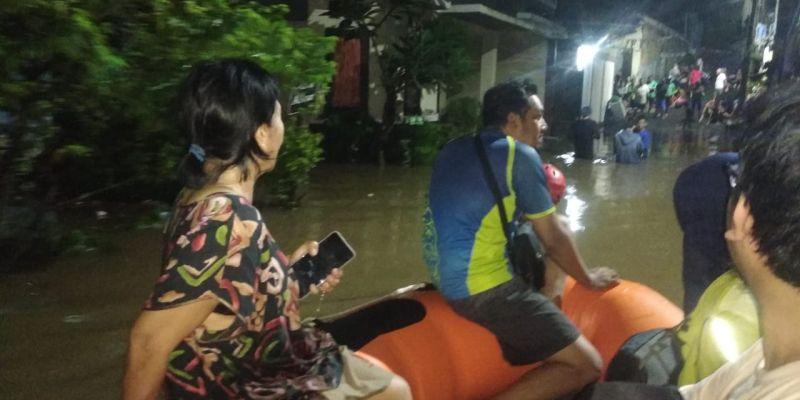 https: img.okezone.com content 2021 06 12 338 2424048 bnpb-puluhan-warga-mengungsi-akibat-banjir-dan-tanah-longsor-di-tangerang-selatan-7TS2paZRsx.jpg