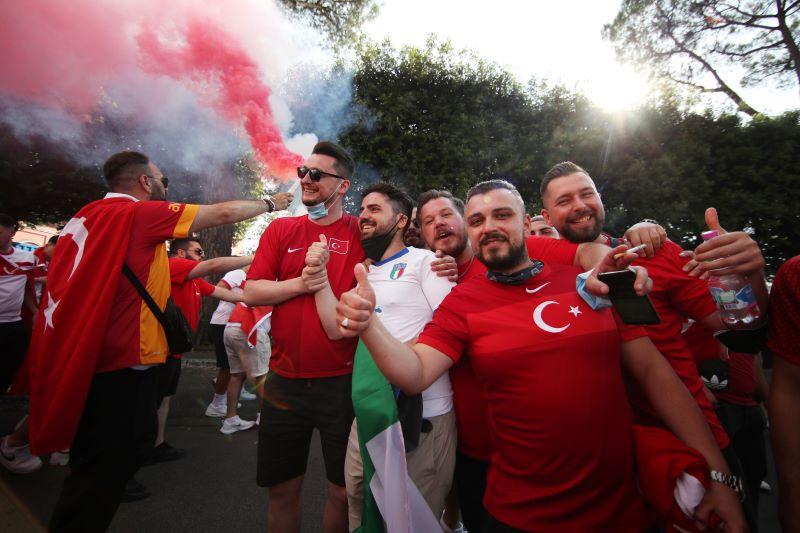 https: img.okezone.com content 2021 06 12 51 2423928 jelang-laga-pembuka-piala-eropa-2020-fans-timnas-italia-dan-turki-mulai-tiba-di-roma-4GzcoCPDEA.JPG