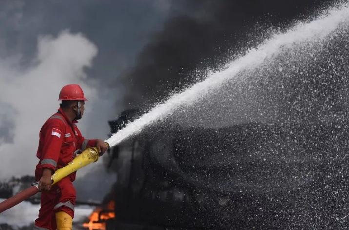 https: img.okezone.com content 2021 06 12 512 2424059 api-sempat-dikendalikan-asap-hitam-kembali-terlihat-dari-tangki-pertamina-yang-terbakar-PxUbko4yEa.jpg