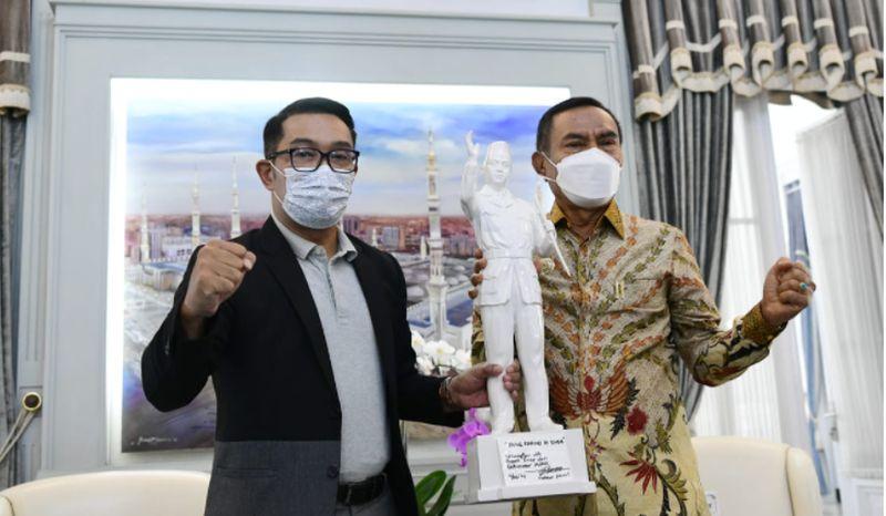 https: img.okezone.com content 2021 06 12 525 2424237 ridwan-kamil-dukung-pemkab-ende-buat-patung-bung-karno-ioNtkBgwb7.jpg