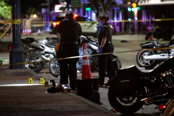 https: img.okezone.com content 2021 06 13 18 2424461 14-orang-terluka-dalam-penembakan-di-texas-1-tersangka-buron-qENpJVyF0g.jpg