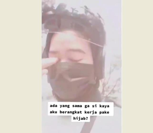 https: img.okezone.com content 2021 06 13 337 2424504 viral-hijaber-cantik-ini-sedih-karena-terpaksa-lepas-jilbab-demi-pekerjaan-sXbutdoxsY.jpg