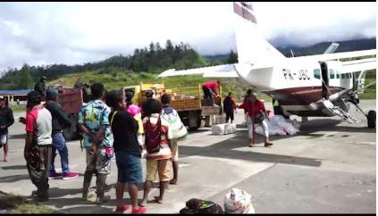 https: img.okezone.com content 2021 06 13 337 2424520 usai-baku-tembak-dengan-kktb-tni-polri-kuasai-bandara-aminggaru-papua-NRGVCvj02W.JPG