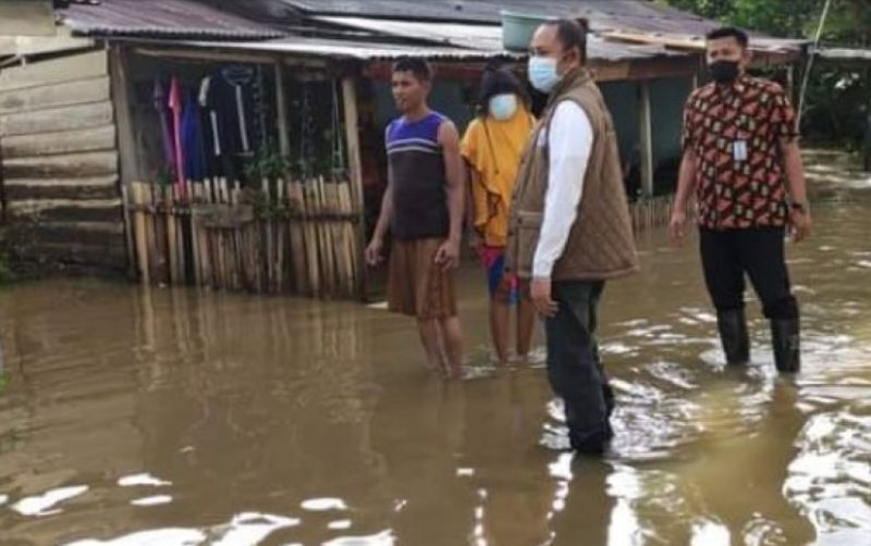https: img.okezone.com content 2021 06 13 340 2424291 hujan-deras-pemukiman-warga-di-mamuju-terendam-banjir-e4O1hCheah.jpg