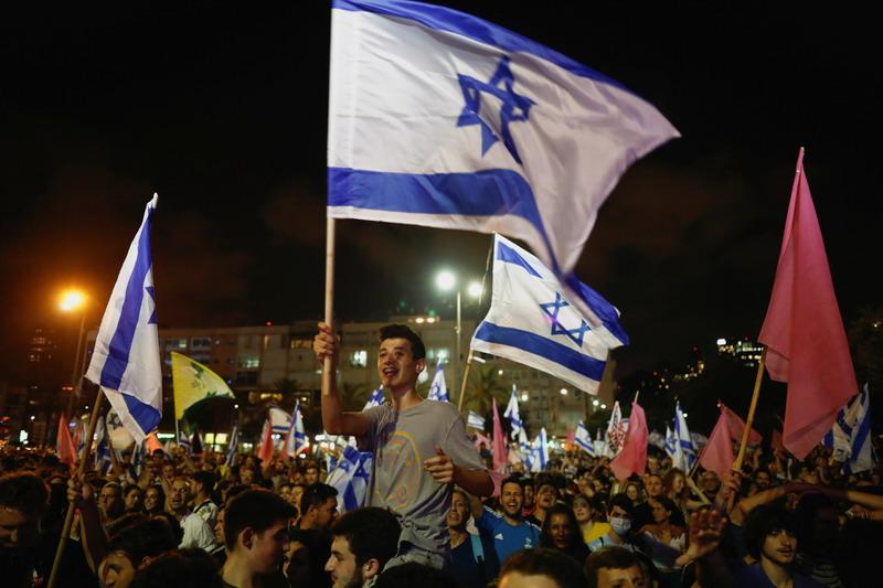 https: img.okezone.com content 2021 06 14 18 2424786 warga-israel-berpesta-rayakan-lengsernya-pemerintahan-netanyahu-Kxn0W5bOYM.jpg