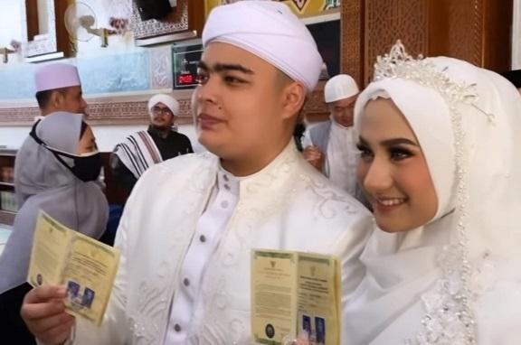 https: img.okezone.com content 2021 06 14 33 2424569 cium-istri-untuk-pertama-kali-ameer-azzikra-mengaku-keluar-keringat-dingin-G3gJDPV9LU.jpg