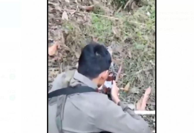 https: img.okezone.com content 2021 06 14 337 2424877 viral-buru-teroris-di-hutan-poso-anggota-brimob-ini-bercucuran-air-mata-saat-azankan-bayinya-XdqsogiW1e.jpg