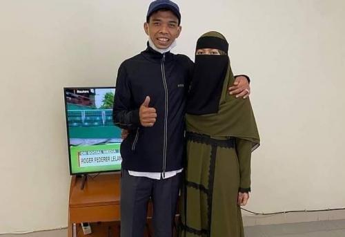 https: img.okezone.com content 2021 06 15 33 2425765 viral-ustadz-abdul-somad-rayakan-ultah-bareng-istri-netizen-nyinyir-hHtY0DdKUu.jpg
