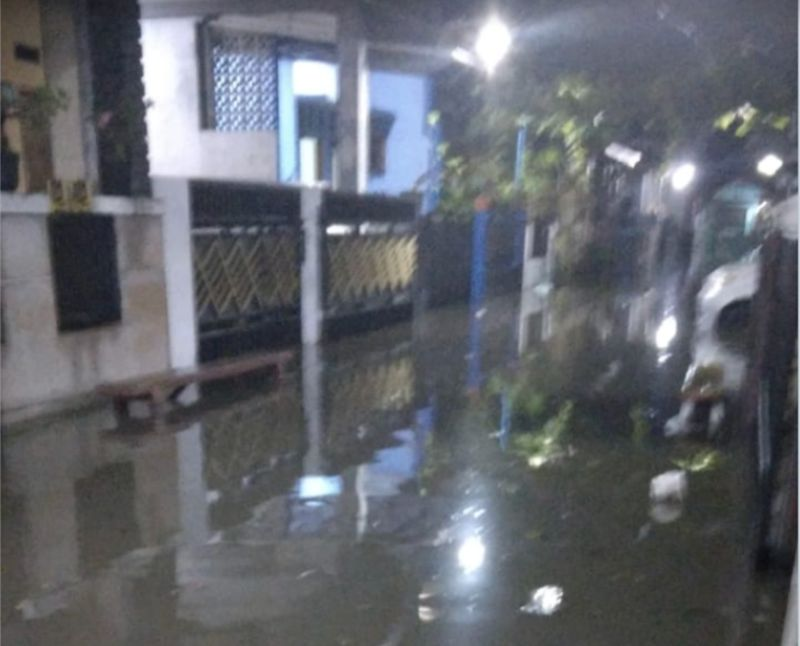 https: img.okezone.com content 2021 06 15 338 2425774 diguyur-hujan-deras-rawalumbu-bekasi-masih-terendam-banjir-yuTEAk5hh6.jpg
