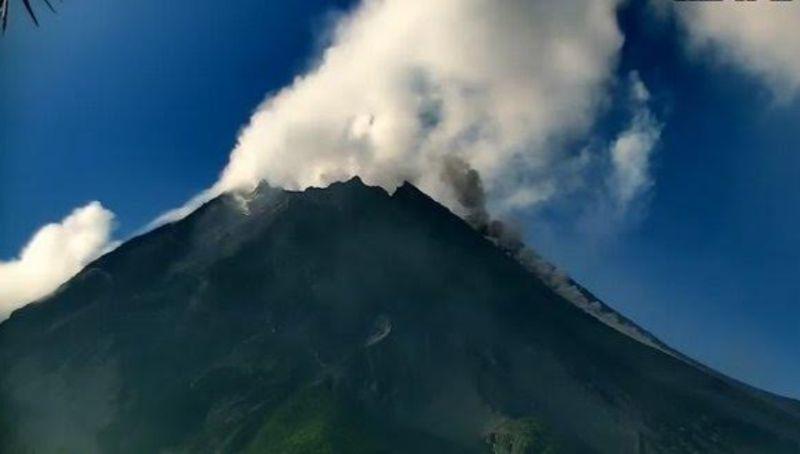 https: img.okezone.com content 2021 06 15 512 2425746 merapi-semburkan-dua-kali-wedus-gembel-dan-lava-pijar-hari-ini-SvPgkdttpl.jpg