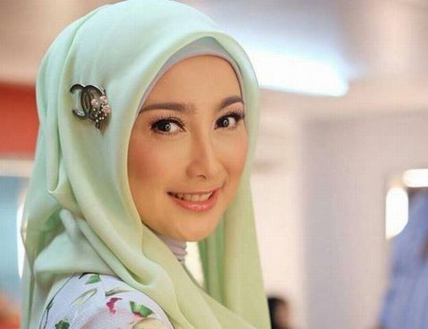 https: img.okezone.com content 2021 06 15 617 2425509 deretan-gaya-hijab-desy-ratnasari-cantik-dengan-balutan-warna-mint-kYg5mr13ra.jpg
